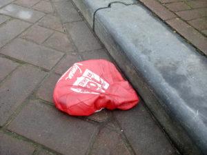 zwerfafval op straat: zadeldekjes